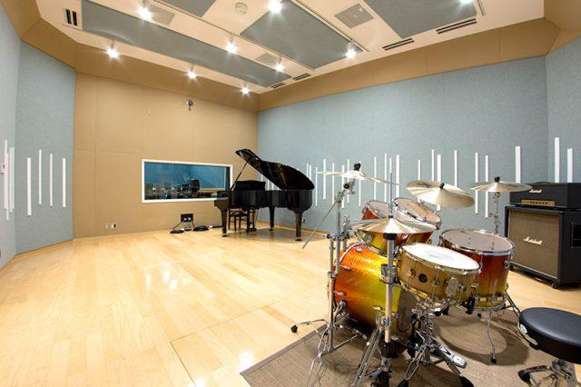 スタジオ風景その1 SAKAEのドラムセットとYAMAHAグランドピアノを常備。