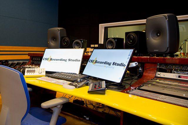 スタジオ風景その3 最新鋭のデジタル録音機器、Genelecのスピーカーなども。